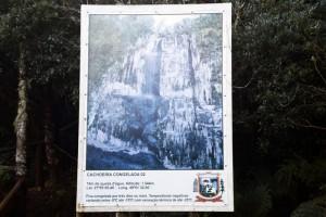 placa_na_cachoeira_que_congela